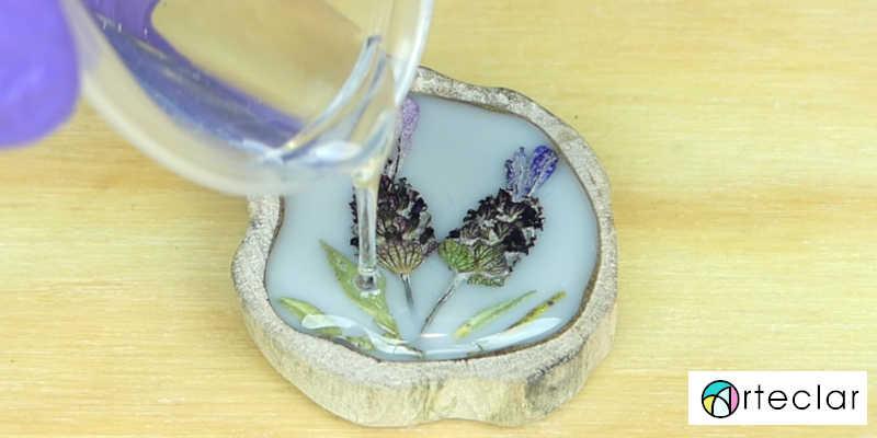 Manualidades con resina epoxi, epoxica, cristal líquido, porcelanato, vidrio líquido, gemelos madera y flores sescas